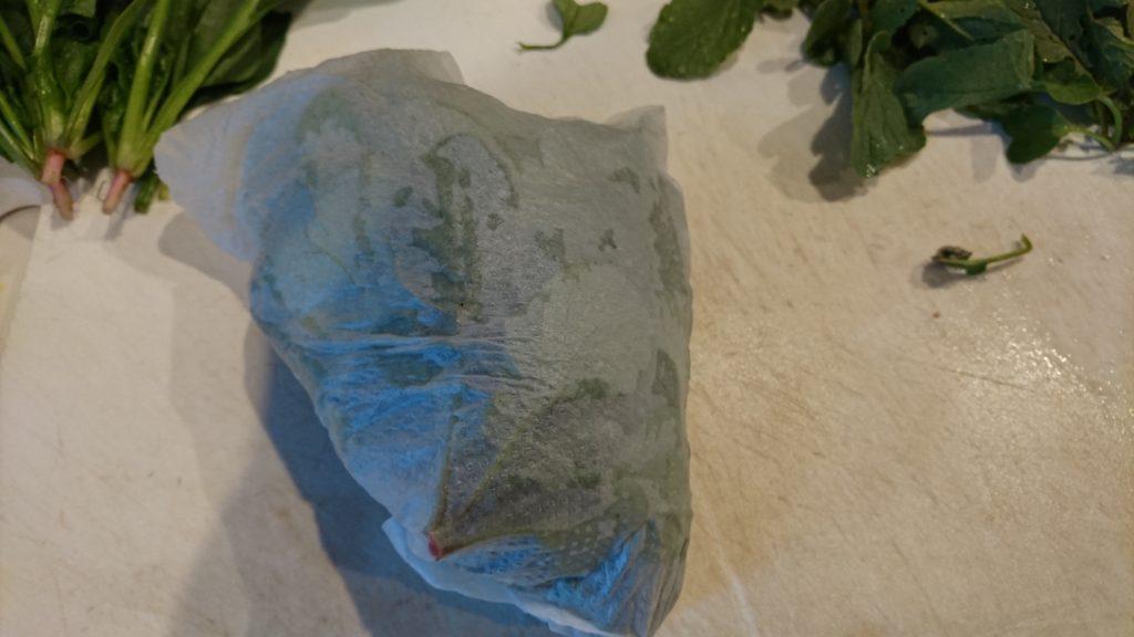 ラディッシュの葉は濡れた新聞紙などでくるんで